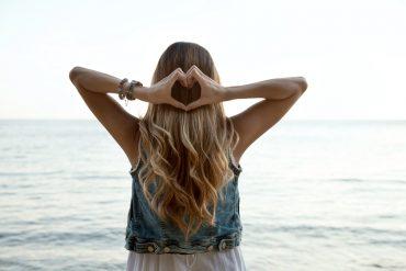 בחורה עם עיצוב אומברה בשיער