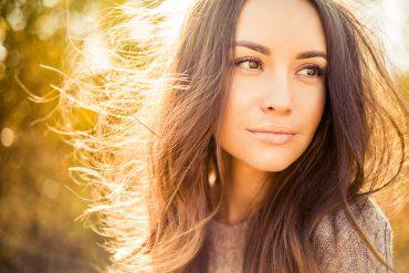 בחורה עם שיער חום