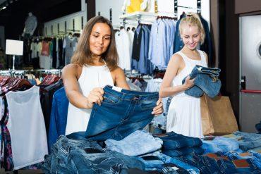 בחורות בוחרות מכנסי ג'ינס בחנות
