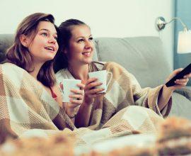 בנות צופות בטלויזיה ושותות תה