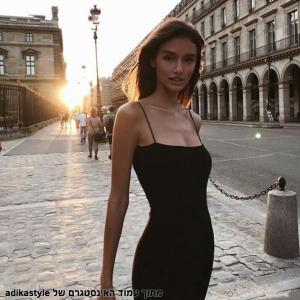 בחורה לובשת שמלה שחורה קטנה