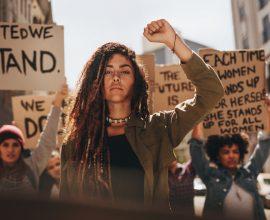 בחורה מוחה בהפגנה