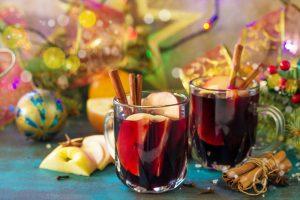 כוס יין אדום עם פירות ותבלינים
