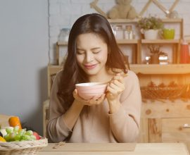 אישה אוכלת מרק