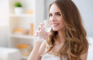 בחורה שותה כוס מים