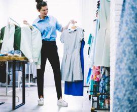 סטייליסטית בודקת בגדים
