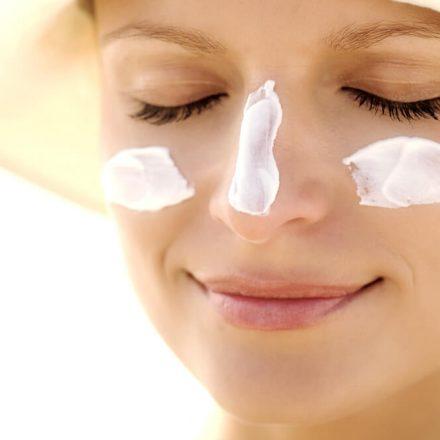 חשיפה לשמש טומנת בחובה נזקים רבים. כל הדרכים להגן על עור הפנים