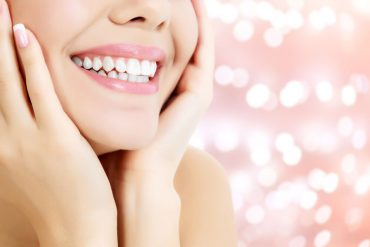 חיוך מושלם? בבית או אצל רופא השיניים– כל מה שחשוב לדעת על הלבנת שיניים